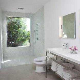 Diseño de cuarto de baño principal, contemporáneo, extra grande, con lavabo integrado, ducha abierta, armarios abiertos, encimera de acrílico, sanitario de una pieza, baldosas y/o azulejos verdes, baldosas y/o azulejos de vidrio, paredes blancas, suelo de piedra caliza y ducha abierta