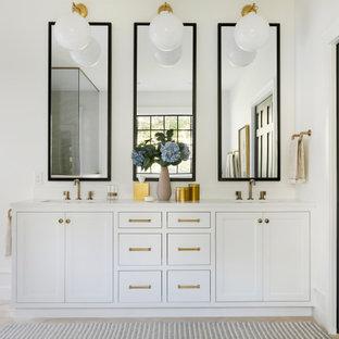 Inspiration för ett stort vintage vit vitt en-suite badrum, med luckor med infälld panel, vita skåp, ett undermonterat badkar, en kantlös dusch, en bidé, beige kakel, porslinskakel, vita väggar, travertin golv, ett undermonterad handfat, bänkskiva i kvarts, beiget golv och med dusch som är öppen