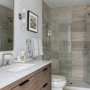 Idee per una stanza da bagno con doccia chic con ante lisce, ante in legno scuro, doccia alcova, WC a due pezzi, piastrelle beige, piastrelle in travertino, pareti bianche, pavimento con piastrelle a mosaico, lavabo sottopiano, top in marmo, pavimento beige, porta doccia a battente e top bianco