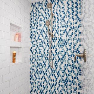 Новые идеи обустройства дома: детская ванная комната среднего размера в стиле лофт с плоскими фасадами, белыми фасадами, душевой комнатой, раздельным унитазом, белой плиткой, керамогранитной плиткой, синими стенами, полом из керамогранита, врезной раковиной, столешницей из переработанного стекла, серым полом, душем с распашными дверями и черной столешницей