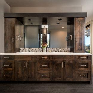 他の地域の中サイズのモダンスタイルのおしゃれなマスターバスルーム (シェーカースタイル扉のキャビネット、濃色木目調キャビネット、ドロップイン型浴槽、コーナー設置型シャワー、茶色いタイル、磁器タイル、ベージュの壁、アンダーカウンター洗面器、茶色い床、オープンシャワー、ベージュのカウンター) の写真
