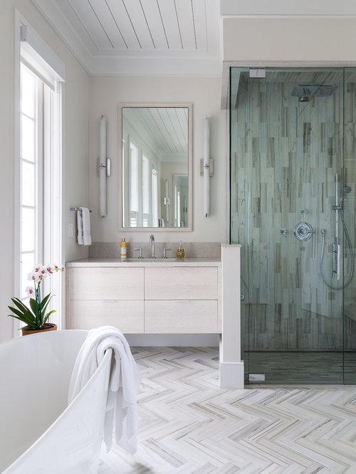 Salle de bain avec des portes de placard beiges et une douche d 39 angle p - Placard d angle salle de bain ...