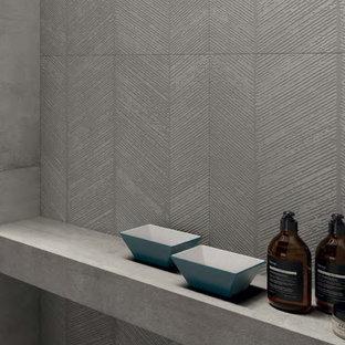 Exempel på ett stort modernt en-suite badrum, med en öppen dusch, grå kakel, porslinskakel, grå väggar, klinkergolv i porslin och grått golv