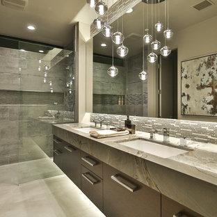 ロサンゼルスの中くらいのモダンスタイルのおしゃれなマスターバスルーム (フラットパネル扉のキャビネット、グレーのキャビネット、アルコーブ型シャワー、モノトーンのタイル、ボーダータイル、ベージュの壁、大理石の床、アンダーカウンター洗面器、大理石の洗面台、白い床、開き戸のシャワー) の写真