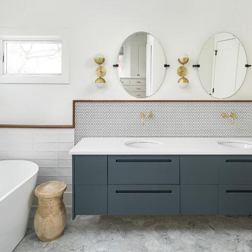 Salle de bain avec un plan de toilette jaune photos et for Plan salle de bain douche
