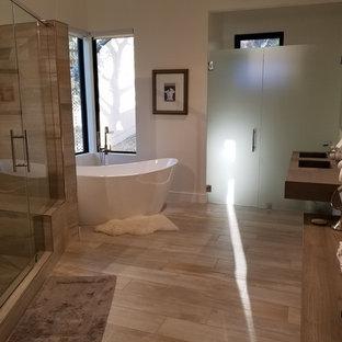 Modelo de cuarto de baño principal, minimalista, de tamaño medio, con armarios con paneles lisos, puertas de armario blancas, bañera japonesa, ducha empotrada, sanitario de una pieza, baldosas y/o azulejos grises, baldosas y/o azulejos de porcelana, paredes blancas, suelo de baldosas de porcelana, lavabo integrado, encimera de acrílico, suelo gris, ducha con puerta con bisagras y encimeras marrones