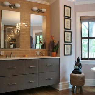 Immagine di una stanza da bagno contemporanea con ante lisce, ante grigie, vasca freestanding, piastrelle marroni, piastrelle diamantate, pareti viola, pavimento in legno massello medio, lavabo sottopiano, pavimento marrone e top bianco