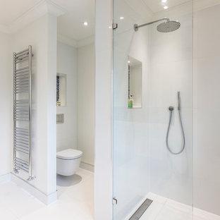 Idee per una stanza da bagno design di medie dimensioni con toilette