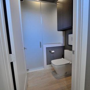 Foto di una stanza da bagno per bambini moderna di medie dimensioni con ante lisce, ante in legno bruno, doccia alcova, WC monopezzo, pareti verdi, pavimento in bambù e top in quarzo composito