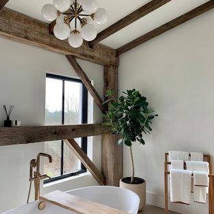 На фото: большая главная ванная комната в стиле модернизм с плоскими фасадами, фасадами цвета дерева среднего тона, отдельно стоящей ванной, душем в нише, белыми стенами, полом из керамогранита, врезной раковиной, столешницей из кварцита, белым полом, душем с распашными дверями, белой столешницей, унитазом, тумбой под две раковины, напольной тумбой и балками на потолке