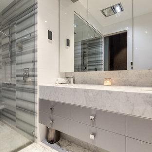 На фото: детская ванная комната среднего размера в стиле лофт с фасадами с декоративным кантом, бежевыми фасадами, отдельно стоящей ванной, открытым душем, унитазом-моноблоком, разноцветной плиткой, мраморной плиткой, разноцветными стенами, мраморным полом, накладной раковиной, мраморной столешницей, бежевым полом и открытым душем