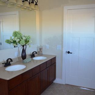 Diseño de cuarto de baño principal, clásico renovado, con armarios estilo shaker, puertas de armario de madera en tonos medios, paredes beige, suelo de baldosas de porcelana, lavabo bajoencimera, encimera de cuarzo compacto y suelo beige