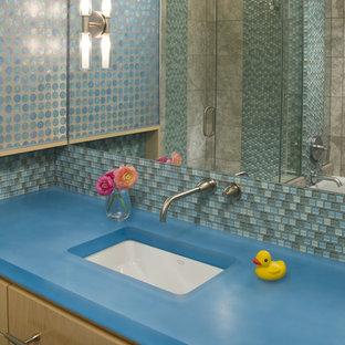 Modelo de cuarto de baño infantil, contemporáneo, con baldosas y/o azulejos en mosaico y encimeras azules