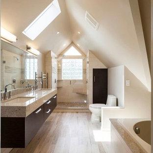 Idee per una stanza da bagno padronale minimalista con lavabo da incasso, ante lisce, ante in legno bruno, WC a due pezzi, piastrelle beige, piastrelle di ciottoli, pareti beige e parquet chiaro