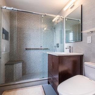 Idee per una stanza da bagno con doccia minimalista di medie dimensioni con ante lisce, ante in legno bruno, doccia alcova, WC a due pezzi, piastrelle grigie, piastrelle multicolore, piastrelle bianche, piastrelle a mosaico, pareti grigie, pavimento in linoleum, lavabo sottopiano e top in quarzo composito