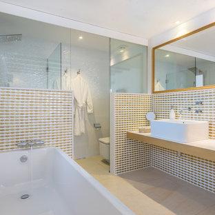 Foto di una stanza da bagno padronale contemporanea con nessun'anta, ante bianche, piastrelle bianche, piastrelle gialle, lavabo a bacinella, pavimento beige, doccia aperta e top bianco