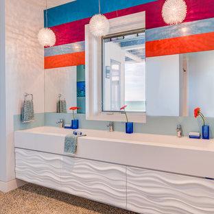 Ispirazione per una stanza da bagno per bambini minimalista di medie dimensioni con ante lisce, ante bianche, doccia aperta, top in marmo, doccia aperta, pareti bianche, pavimento in sughero, lavabo rettangolare e pavimento marrone