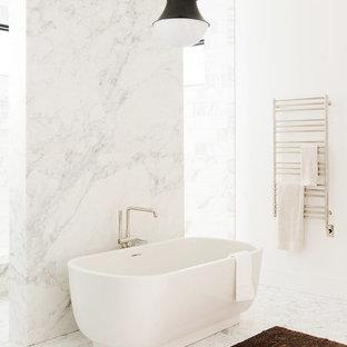 Imagen de cuarto de baño principal, campestre, grande, con bañera exenta, ducha abierta, baldosas y/o azulejos multicolor, baldosas y/o azulejos de mármol, paredes blancas, suelo de mármol, encimera de mármol, suelo multicolor, ducha abierta y encimeras blancas