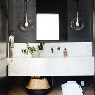 Idee per un'ampia stanza da bagno padronale country con nessun'anta, ante in legno chiaro, pareti bianche, top in marmo, porta doccia a battente e top multicolore