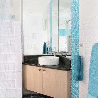 Imagen de cuarto de baño actual con baldosas y/o azulejos en mosaico y lavabo sobreencimera