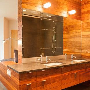 Mittelgroßes Uriges Badezimmer En Suite mit flächenbündigen Schrankfronten, Duschnische, Toilette mit Aufsatzspülkasten, brauner Wandfarbe, Zementfliesen, Unterbauwaschbecken, beigem Boden, Beton-Waschbecken/Waschtisch, hellbraunen Holzschränken, Einbaubadewanne, grauer Waschtischplatte und Schiebetür-Duschabtrennung in Seattle