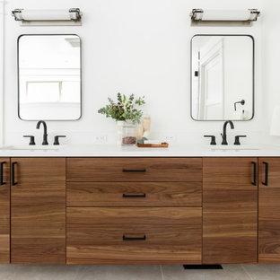 Foto på ett stort lantligt vit en-suite badrum, med släta luckor, skåp i mellenmörkt trä, vit kakel, keramikplattor, vita väggar, klinkergolv i porslin, ett undermonterad handfat, bänkskiva i kvarts och grått golv