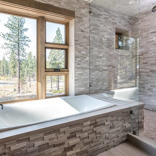 Foto de cuarto de baño rústico con bañera encastrada, ducha esquinera, baldosas y/o azulejos grises, suelo gris y ducha con puerta con bisagras