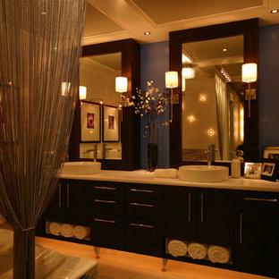 Idee per una stanza da bagno padronale minimal di medie dimensioni con lavabo a bacinella, ante lisce, ante in legno bruno, top in laminato, vasca da incasso, piastrelle bianche, piastrelle diamantate e parquet chiaro