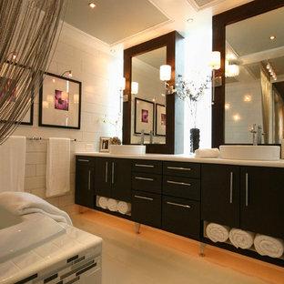 Ispirazione per una stanza da bagno padronale minimal di medie dimensioni con lavabo a bacinella, ante lisce, ante in legno bruno, top in laminato, vasca da incasso, piastrelle bianche, piastrelle diamantate e parquet chiaro