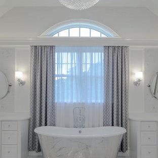 Modelo de cuarto de baño principal, moderno, grande, con armarios tipo mueble, puertas de armario blancas, bañera exenta, baldosas y/o azulejos grises, baldosas y/o azulejos de mármol, paredes grises, suelo de mármol, lavabo bajoencimera, encimera de cuarcita y suelo gris