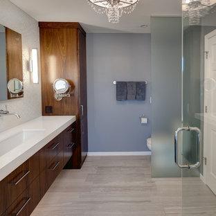 Esempio di una grande stanza da bagno padronale minimalista con lavabo rettangolare, ante lisce, ante in legno bruno, top in quarzo composito, vasca freestanding, doccia doppia, WC a due pezzi, piastrelle bianche, piastrelle di vetro, pareti grigie e pavimento con piastrelle in ceramica