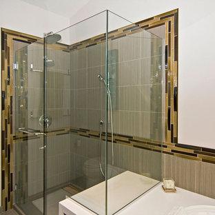 セントルイスの中くらいのモダンスタイルのおしゃれなマスターバスルーム (フラットパネル扉のキャビネット、濃色木目調キャビネット、ドロップイン型浴槽、シャワー付き浴槽、分離型トイレ、グレーのタイル、磁器タイル、白い壁、磁器タイルの床、アンダーカウンター洗面器、珪岩の洗面台、ベージュの床、開き戸のシャワー) の写真