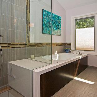 Idée de décoration pour une salle de bain principale minimaliste de taille moyenne avec un carrelage gris, un placard à porte plane, des portes de placard en bois sombre, un WC séparé, des carreaux de porcelaine, un mur blanc, un sol en carrelage de porcelaine, un lavabo encastré, une baignoire encastrée, une douche d'angle, un plan de toilette en quartz modifié, un sol beige et une cabine de douche à porte battante.