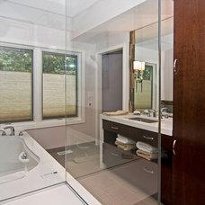 Modern Bathroom by Mosby Building Arts