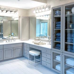 Idéer för ett mycket stort modernt vit en-suite badrum, med skåp i shakerstil, grå skåp, ett fristående badkar, en hörndusch, en toalettstol med separat cisternkåpa, gul kakel, porslinskakel, grå väggar, klinkergolv i porslin, ett undermonterad handfat, bänkskiva i kvarts, vitt golv och dusch med gångjärnsdörr