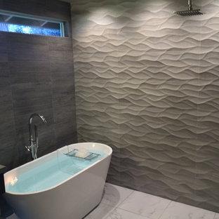 Cette photo montre une salle de bain principale moderne de taille moyenne avec un lavabo encastré, un plan de toilette en quartz modifié, une douche ouverte, un carrelage blanc, des carreaux de porcelaine, un mur gris, un sol en carrelage de porcelaine, un placard à porte plane, une baignoire indépendante et un WC séparé.