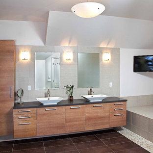 На фото: большие главные ванные комнаты в современном стиле с настольной раковиной, плоскими фасадами, фасадами цвета дерева среднего тона, накладной ванной, душем в нише, коричневой плиткой, галечной плиткой и серыми стенами