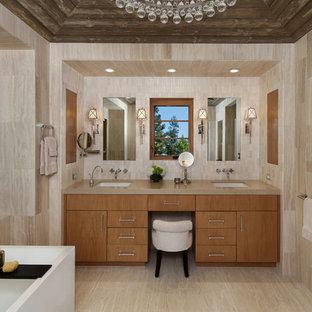 Immagine di una stanza da bagno padronale design con ante lisce, ante in legno chiaro, piastrelle beige, pareti beige, lavabo sottopiano, pavimento beige, piastrelle in travertino e pavimento in travertino