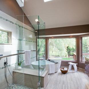 Ispirazione per una grande stanza da bagno padronale design con vasca freestanding, doccia ad angolo, piastrelle bianche, piastrelle di vetro, pareti marroni e pavimento in bambù