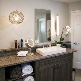 Diseño de cuarto de baño principal, minimalista, de tamaño medio, con armarios tipo mueble, puertas de armario marrones, ducha doble, sanitario de dos piezas, baldosas y/o azulejos beige, baldosas y/o azulejos de porcelana, paredes beige, suelo de baldosas de porcelana, lavabo bajoencimera y encimera de piedra caliza