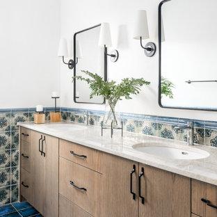 Esempio di una stanza da bagno padronale mediterranea di medie dimensioni con ante lisce, ante in legno scuro, piastrelle in ceramica, pareti bianche, top in quarzite, pavimento blu, top beige, due lavabi, mobile bagno incassato, piastrelle multicolore e lavabo sottopiano