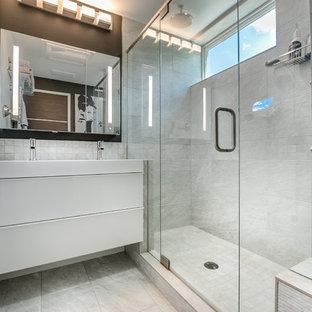 Ispirazione per una piccola stanza da bagno con doccia moderna con ante lisce, ante bianche, piastrelle bianche, pareti bianche, doccia doppia, lavabo rettangolare e top in superficie solida