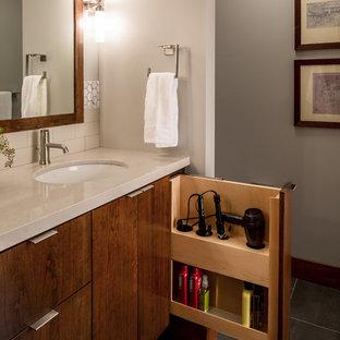 Mittelgroßes Modernes Badezimmer En Suite mit flächenbündigen Schrankfronten, hellbraunen Holzschränken, Quarzwerkstein-Waschtisch, Porzellanfliesen, Porzellan-Bodenfliesen, Unterbauwaschbecken, beigefarbenen Fliesen und grauer Wandfarbe in Minneapolis