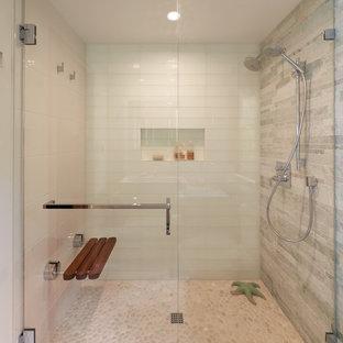 Esempio di una stanza da bagno con doccia design con ante lisce, doccia doppia, piastrelle grigie, piastrelle in ardesia, pareti bianche e porta doccia scorrevole
