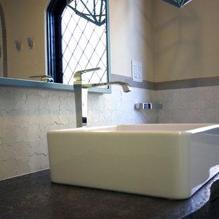 Foto de cuarto de baño con ducha, mediterráneo, pequeño, con lavabo sobreencimera, armarios tipo mueble, puertas de armario grises, encimera de zinc, bañera encastrada, ducha empotrada, baldosas y/o azulejos blancos, paredes blancas y suelo de baldosas de cerámica