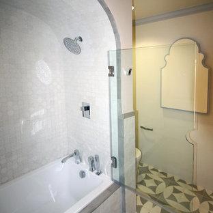 Modelo de cuarto de baño con ducha, mediterráneo, pequeño, con lavabo sobreencimera, armarios tipo mueble, puertas de armario grises, encimera de zinc, bañera encastrada, ducha empotrada, sanitario de una pieza, baldosas y/o azulejos blancos, paredes blancas y suelo de baldosas de cerámica