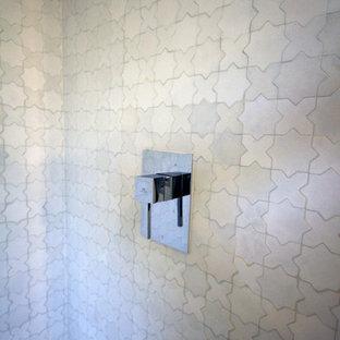 Modelo de cuarto de baño con ducha, mediterráneo, pequeño, con lavabo sobreencimera, armarios tipo mueble, puertas de armario grises, encimera de zinc, bañera encastrada, combinación de ducha y bañera, baldosas y/o azulejos blancos, baldosas y/o azulejos de cerámica, paredes beige y suelo de baldosas de cerámica