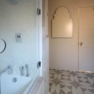 Diseño de cuarto de baño con ducha, mediterráneo, pequeño, con lavabo sobreencimera, armarios tipo mueble, puertas de armario grises, encimera de zinc, bañera encastrada, combinación de ducha y bañera, baldosas y/o azulejos blancos, baldosas y/o azulejos de cerámica, paredes beige y suelo de baldosas de cerámica