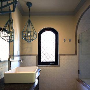 Cette photo montre une petit salle d'eau méditerranéenne avec une vasque, un placard en trompe-l'oeil, des portes de placard grises, un plan de toilette en zinc, une baignoire posée, un combiné douche/baignoire, un carrelage blanc, des carreaux de céramique, un mur beige et un sol en carrelage de céramique.