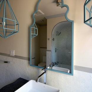 Ejemplo de cuarto de baño con ducha, mediterráneo, pequeño, con lavabo sobreencimera, armarios tipo mueble, puertas de armario grises, encimera de zinc, bañera encastrada, combinación de ducha y bañera, baldosas y/o azulejos blancos, baldosas y/o azulejos de cerámica, paredes beige y suelo de baldosas de cerámica
